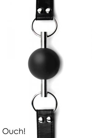 Bâillon boule noir de grande qualité et original avec sa balle en caoutchouc traversée par une tige en métal.