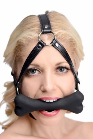 Un harnais de tête en cuir et son bâillon en forme d'os en silicone premium, idéal pour jouer votre rôle de chiot.