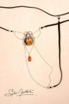 Un string bijou talisman, avec un scarabée sacré délicatement posé sur le pubis.