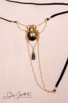 Un string bijou talisman où niche un scarabée d'Or, délicatement posé sur votre pubis.