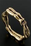 Un anneau taille xl compos� de deux femmes enchain�es, pour enserrer votre sexe pr�t � exploser.