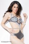 Body lingerie sophistiqu� aux couleurs tendres, avec un pendentif breloque menottes au creux du d�collet�.