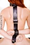 Contrainte dorsale en cuir �pais pour relier le cou aux poignets.