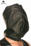 Cagoule en cuir noir, opaque et coup�e � la mani�re d'un sac pour faire monter la pression.