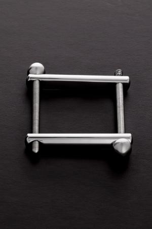 Un accessoire BDSM haute qualité et très simple à utiliser pour comprimer la verge, les bourses ou les deux à la fois.