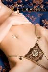 Une rosace brod�e d'esprit baroque et deux fleurs bijou couleur miel, un string �tincelant.