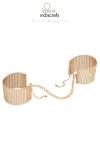 Des bracelets originaux en m�tal dor� qui se transforment en menottes dans l�intimit�.