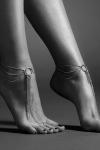 Chainettes de pieds en métal argenté pour mettre en valeur vos chevilles et le dessus des pieds, collection Magnifique de Bijoux Indiscrets.