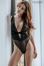 Body fendu tulle et rayures - Ce splendide body haut de gamme cache une fine (mais longue !) fente sur le sexe.
