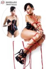 Body Fumi Shibari - Body bustier en wetlook souligné de rouge, et deux cordes de bondage pour pratiquer l'art du bondage Shibari.