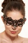 Ce masque v�nitien en m�tal noir d�cor� de strass pose un bandeau myst�rieux sur votre regard.