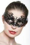 Masque vénitien fantaisie en métal incrusté de strass, un bijou mystérieux.