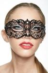 Masque vénitien en métal noir décoré de strass, il pose un bandeau mystérieux sur votre regard.