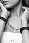 Paire de menottes bracelets 100% Vegan, en faux cuir noir, avec chainette m�tallique pour vos jeux de bondage.