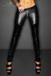Pantalon taille basse moulant en wetlook et vinyle, effet push up sur les fesses et zip int�gral � l'entre-jambes.