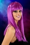 Perruque fantaisie avec cheveux longs couleur violet.