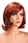 Perruque rousse aux cheveux mi-longs ayants un aspect naturel. Elle � une jolie m�che � l�avant.