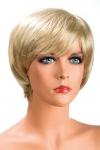 Perruque blonde aux cheveux courts ayants un aspect naturel. Elle � une jolie m�che effil�e � l�avant.