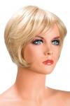 Perruque blonde aux cheveux courts en carr� moderne � la nuque d�grad�e.