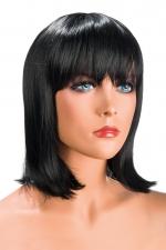Perruque Camila brune - Perruque brune au look résolument moderne. Camila est mi-longue avec une frange effilée.