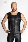 Veste sans manches en wetlook mat ferm�e par un zip, d�cor�e de rivets et d'anneaux m�tal style piercing.