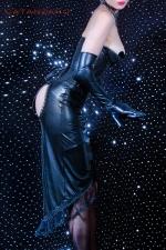 Robe Phoebe - Robe fetish de toute beaut�, form�e d'un corset cup seins nus, et d'une jupe ouverte sur les fesses.