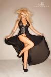 Une robe serre-taille absolument renversante avec ses pans de tulle fendus et ses effets de transparence.