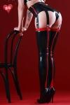 Bas noirs en latex haute qualit�, soulign�s de rouge au dos de la jambe et sur la jarreti�re comme un effet couture.